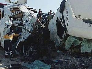 Konya'da katliam gibi kaza! TIR ile minibüs çarpıştı