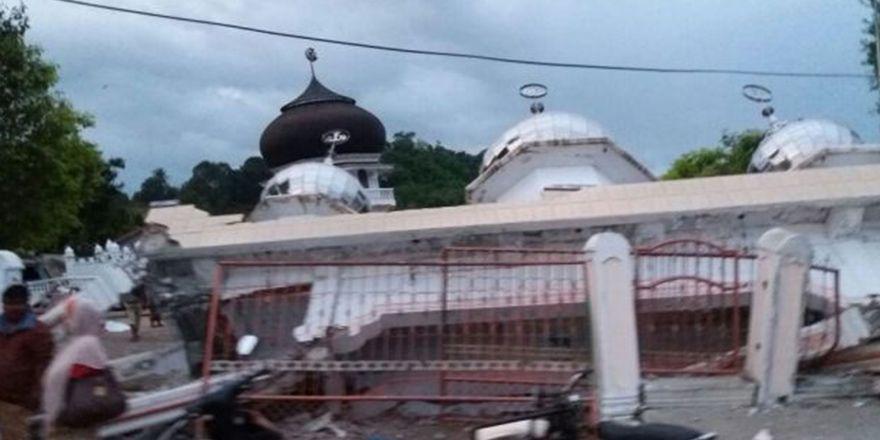 Endonezya'daki depremde onlarca kişi öldü