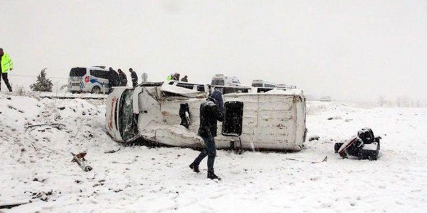 Elazığ'da kaygan yolda zincirleme kaza görüntüleri