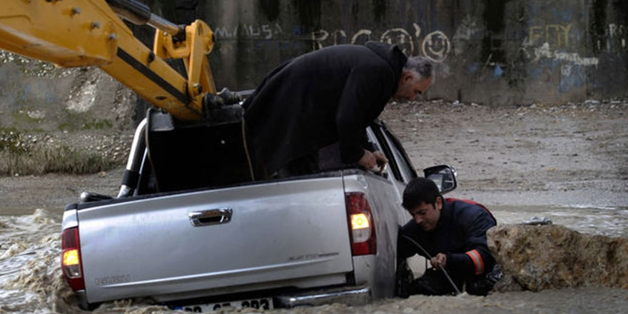 Mersin'de sel görüntüleri: 1 ölü 1