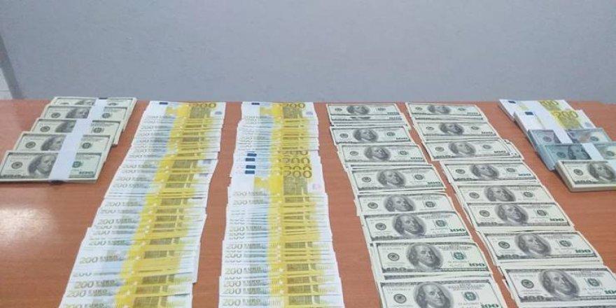 100 bin dolar ve 80 bin euro sahte parayla yakalandı
