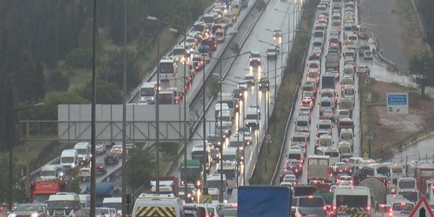 Kısıtlamaya saatler kala İstanbul trafiği felç!