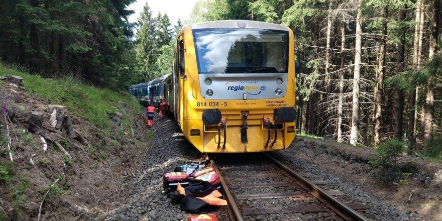 Çekya'da iki yolcu treni kafa kafaya çarpıştı