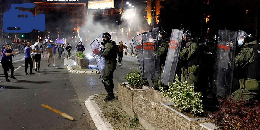 Belgrad'da gösteriler sırasında zor anlar yaşayan polisler parkta oturanları öldüresiye copladı