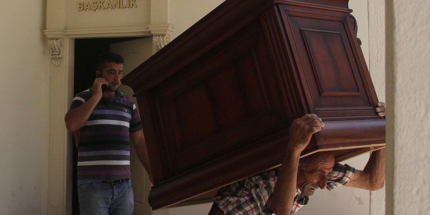 Adana Büyükşehir Belediyesi Başkanı Zeydan Karalar'ın odasına haciz geldi!