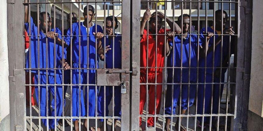 Eş-Şebab mahkûmları ile askerler arasında çıkan çatışmada19 kişi öldü