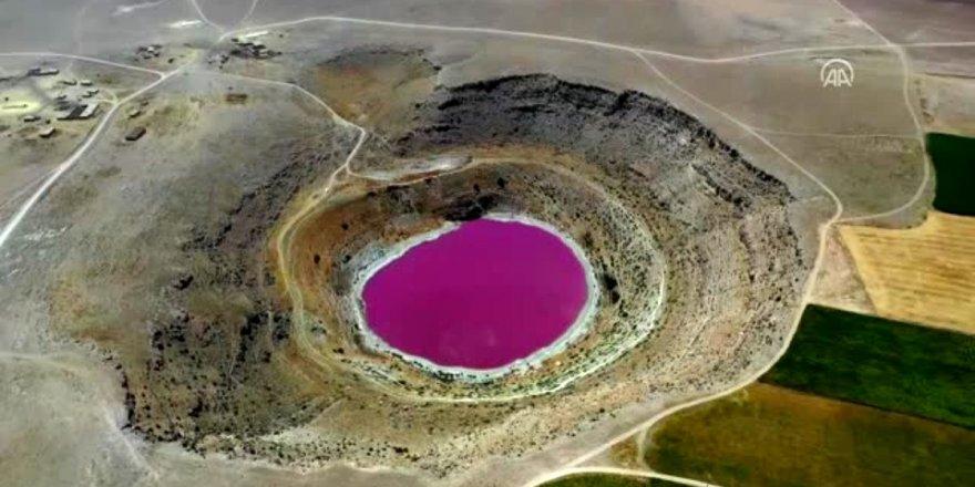 Konya'da bulunan pembe renkli obruk gölü şaşırttı!