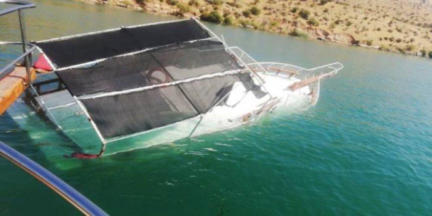 Halfeti'de tur teknesi battı