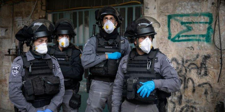 İsrail polisi maske takmayan vatandaşa şiddet uyguladı