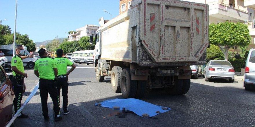 Alanya'da bir turist, hafriyat kamyonunun altında can verdi