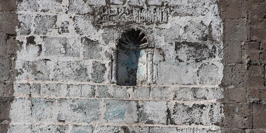 Sur yıkımları ile  'La ilahe illallah Muhammed Resulullah' yazılı tarihi kitabe ortaya çıktı