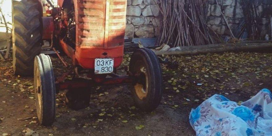 Traktörü tamir etmek için yaktığı ateş sonu oldu