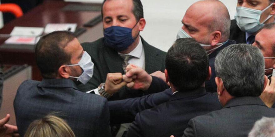 Meclis, yılın son oturumunu yumruklu kavga ile bitirdi!