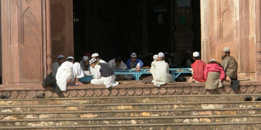 """Hindistan'damedreseye baskın düzenleyen polisler, öğrencilere """"terörist"""" diyerek şiddet uyguladı"""