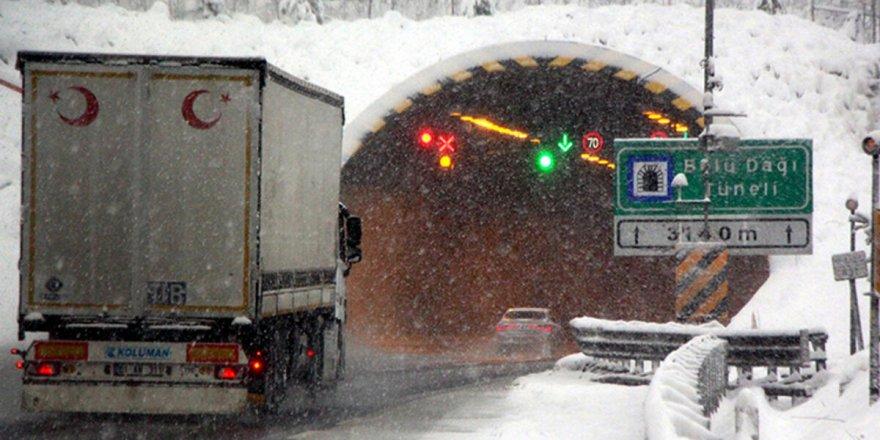 Bolu Dağı'nda kar, tipi ve sis hızını artırdı.