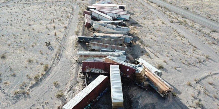 ABD'de yük treni raydan çıktı: 44 vagon birbirine girdi
