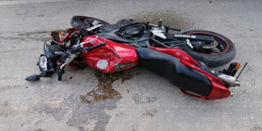 Otomobilin çarptığı motosikletli genç hayatını kaybetti