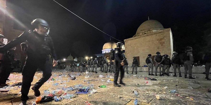 İşgalci İsrail polisi,Mescid-i Aksa'da Filistinlilere müdahale etmeye devam ediyor