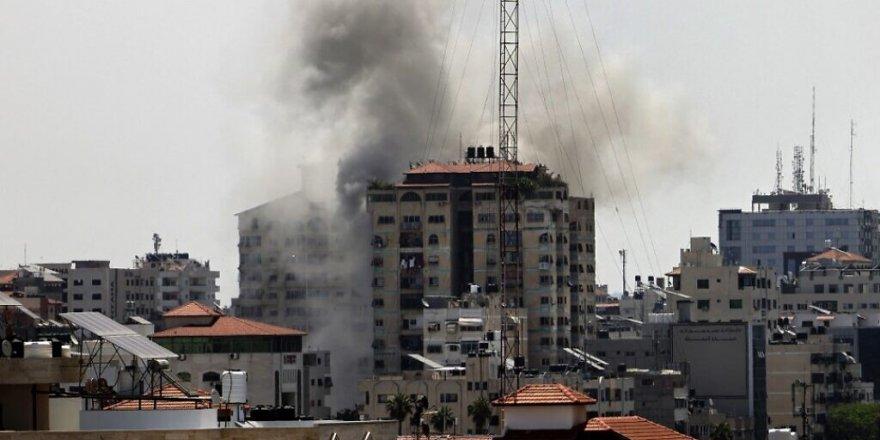 Siyonist İsrail uçakları Gazze'de sivillere ait 9 katlı bir binayı vurdu