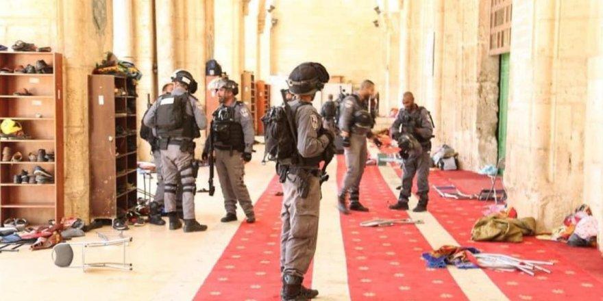 İsrail güçleriMescid-i Aksa'da itikaftaki Filistinlilere saldırdı!