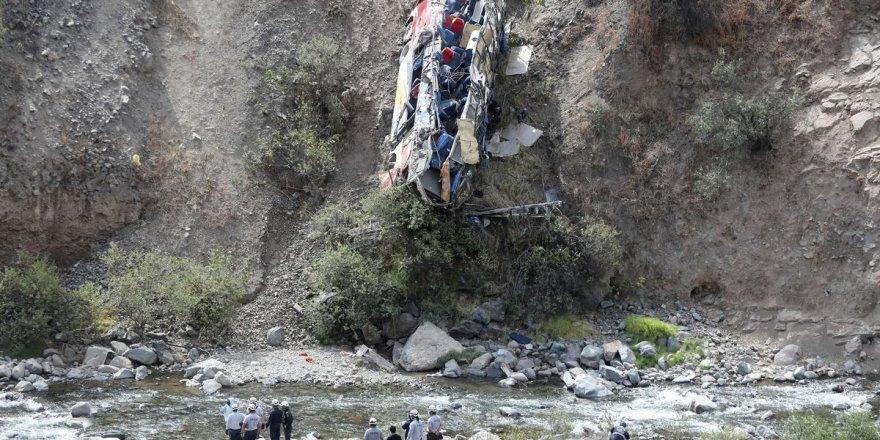 Nepal'de, otobüs uçuruma yuvarlandı: 32 ölü