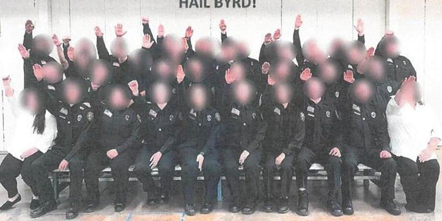ABD'de Nazi selamı veren 34 gardiyanın işine son verildi