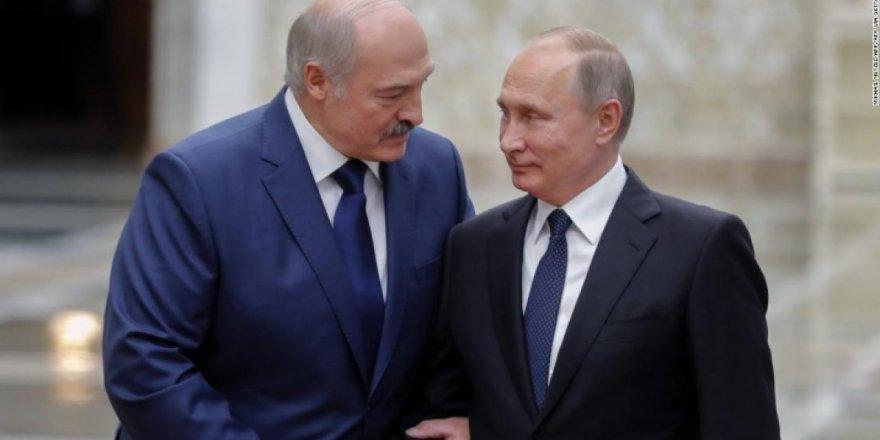 'Ağabeyim' diyerek Putin'e koşan Lukaşenko, ödülünü aldı