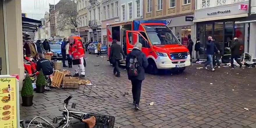 Almanya'da bir araç yayaların arasına girdi: 2 ölü, 10 yaralı