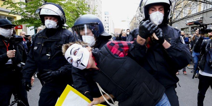 Almanya'da Covid-19 önlemleri protesto edildi