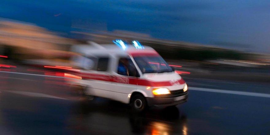 Araç başında canlı yayın yapan sürücü park halindeki kamyona çarparak öldü