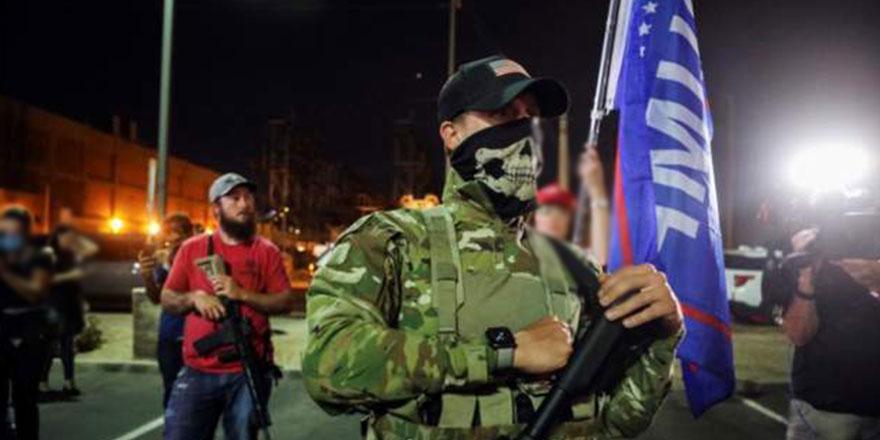 Arizona'da silahlı Trump destekçileri seçim merkezi önünde toplandı