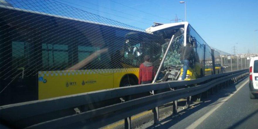 Avcılar'da iki metrobüs kafa kafaya çarpıştı!