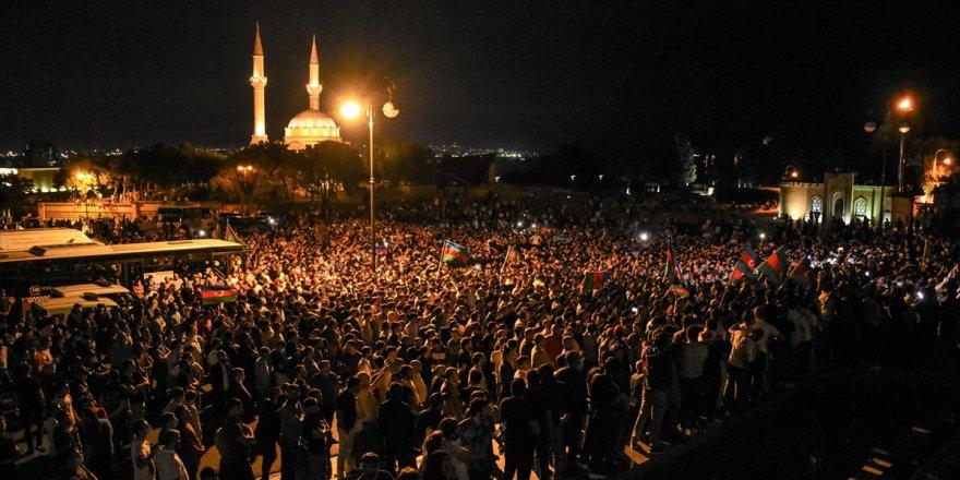 Azerbaycan'da binlerce kişi sokaklara döküldü