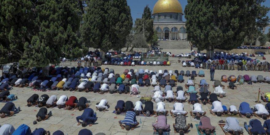 Binlerce Filistinli, Mescid-i Aksa'ya akın etti