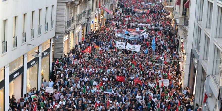 Binlerce kişi Nekbe için Taksim'de toplandı