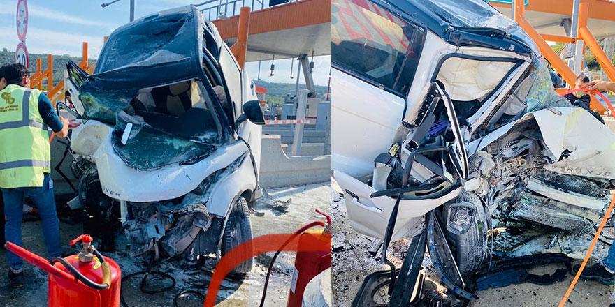 Bursa'da feci kaza, lüks araç gişelere çarptı