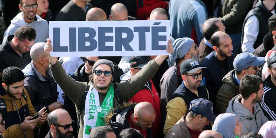 Cezayir'de Salih'in ölümü sonrası meydanların durumu belirsiz