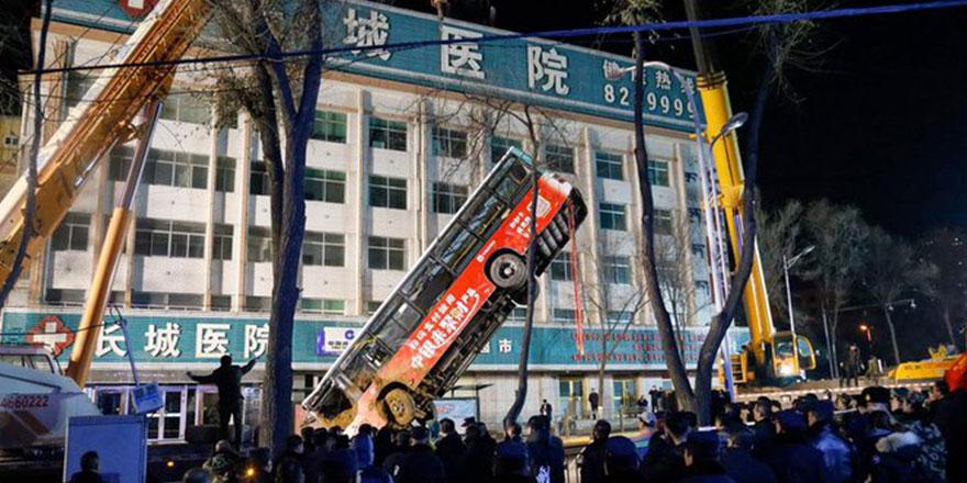 Çin'de dev çukura düşen otobüsteki 6 kişi öldü