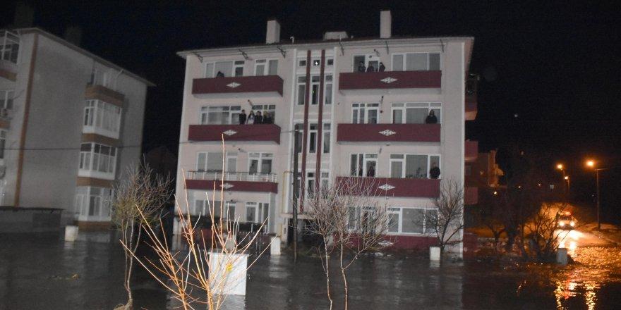 Dereler taştı, evlerde mahsur kalanlar kepçeyle kurtarıldı
