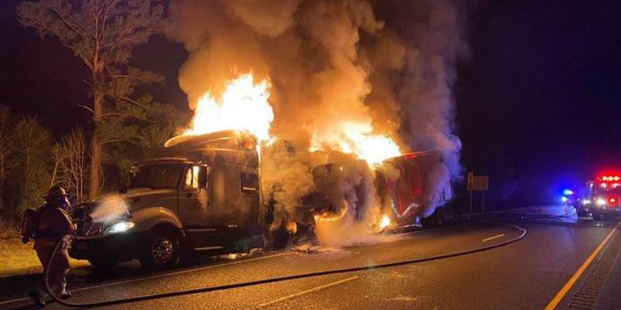 Devrilen yakıt tankerinde patlama: 13 ölü