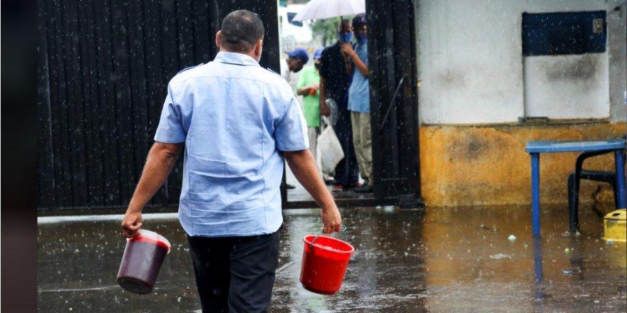 Ekonomik krizin derinleştiği Venezuela'da mezbaha önlerinde sığır kanı sırası
