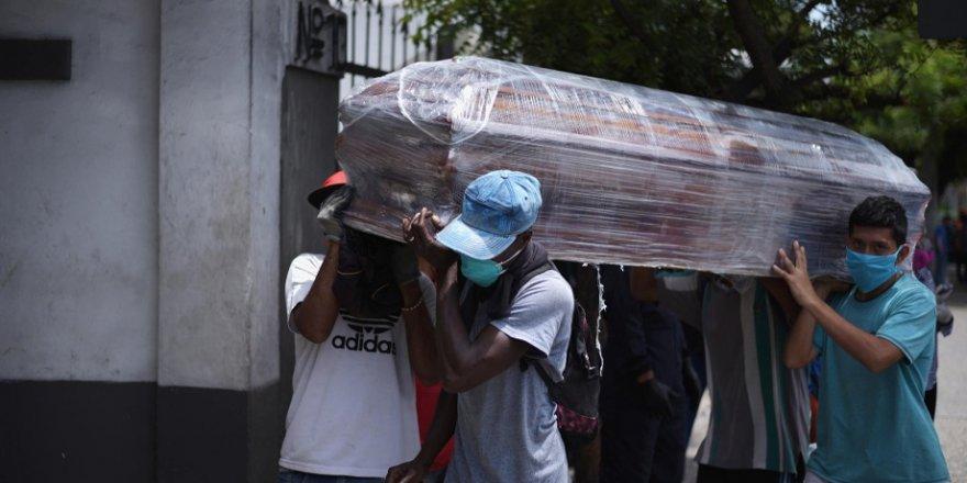 Ekvador' da polis, koronavirüs karantina evlerinden 800 ceset aldı