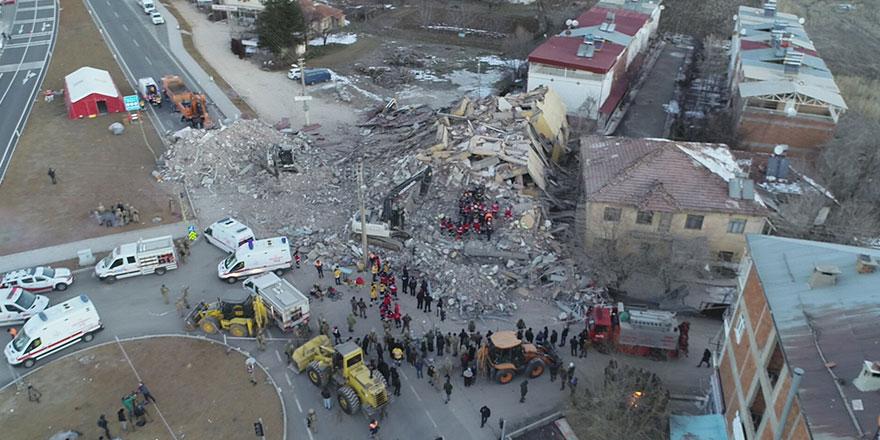 Elazığ'da çöken bir binanın enkazında olan 14 kişiye ulaşılamıyor