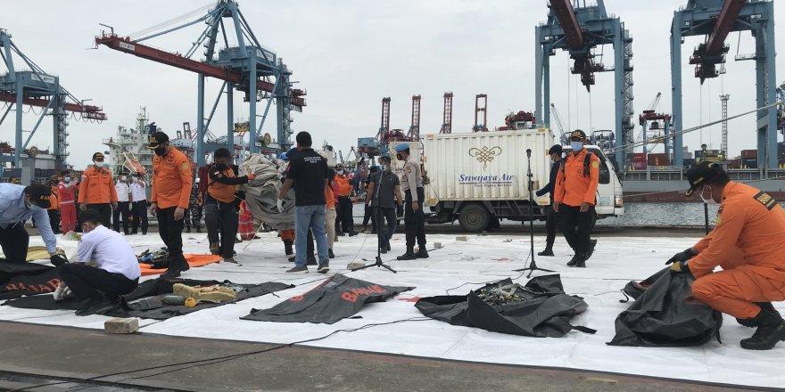 Endonezya'da düşenuçağın enkaz arama çalışmaları sürüyor