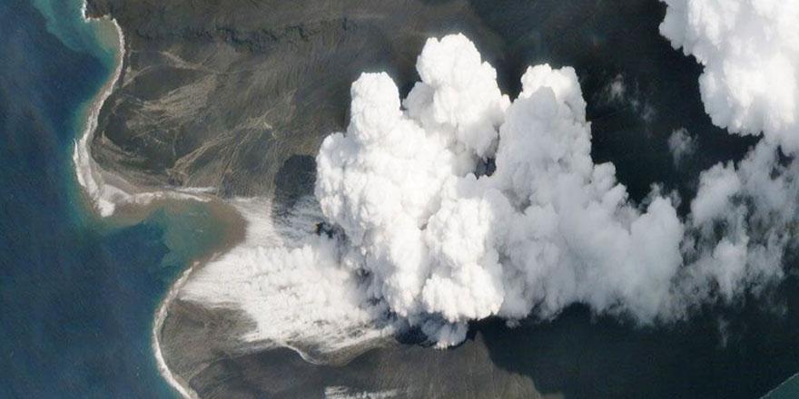 Endonezya'da Ili Lewotolok Yanardağı'nda patlama sonrası dumanlar yükseliyor