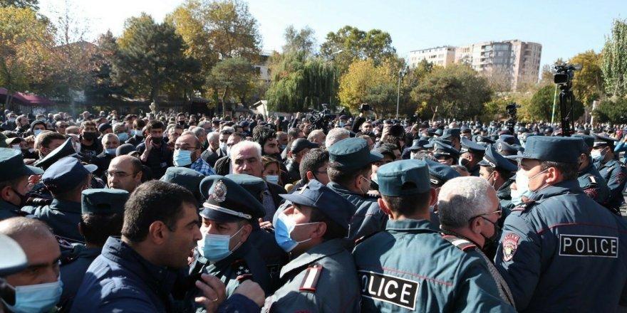 Erivan'da polis ile Paşinyan'ın istifasını isteyen protestocular arasında çatışma çıktı!