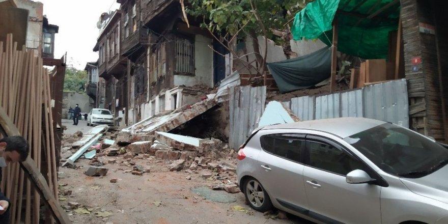 Fatih'te eski bir binanın yan duvarı çöktü