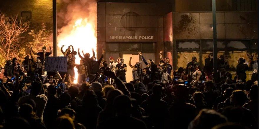 Floyd'un öldürüldüğü Minneapolis'te göstericiler polis merkezini ateşe verdi