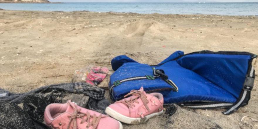 Fotoğraflar ve çocuk ayakkabıları kıyıya vurdu