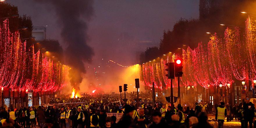 Fransa'da 'sarı yelekliler'in eylemleri büyüyor